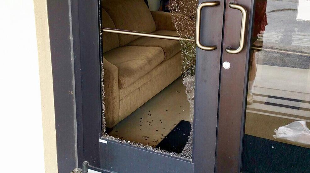 उत्तराखंड : जब अभिभावक घर का दरवाजा तोड़कर शिक्षक को लाए स्कूल, दरअसल स्कूल में थी परीक्षा और गुरुजी थे नदारद
