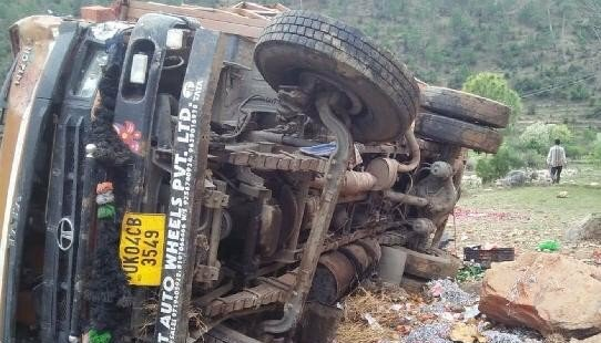 उत्तराखंड : सड़क से नीचे गिरा वाहन, होली के लिए घर जा रहे वाहन चालक की स्थिति काफी नाजुक, डॉक्टरों ने बड़े अस्पताल के लिए किया रेफर