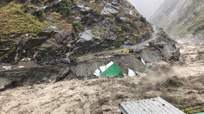 उत्तरकाशी में बादल फटने से हाहाकार, बच्चा बहा और 3 लोग जिंदा जमीन में दबे