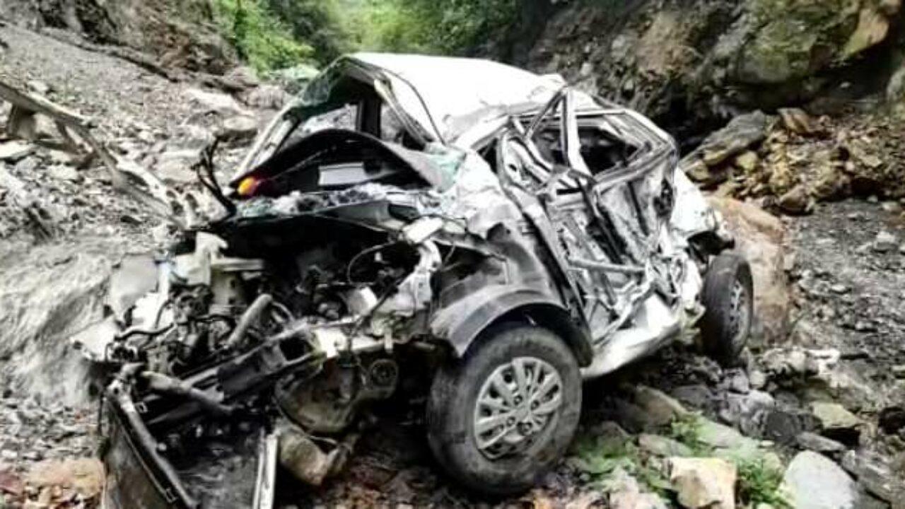 उत्तराखंड : खाई में गिरी कार, 5 लोगों की मौके पर ही मौत, परखच्चे उड़ गए कार के