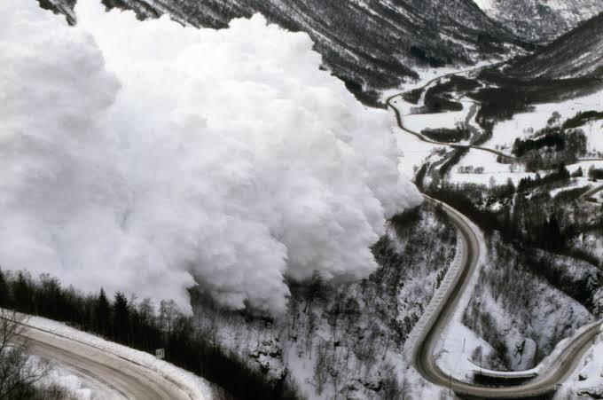 सियाचिन में भीषण हिमस्खलन, 4 जवान सहित 6 की मौत, रेस्क्यू जारी