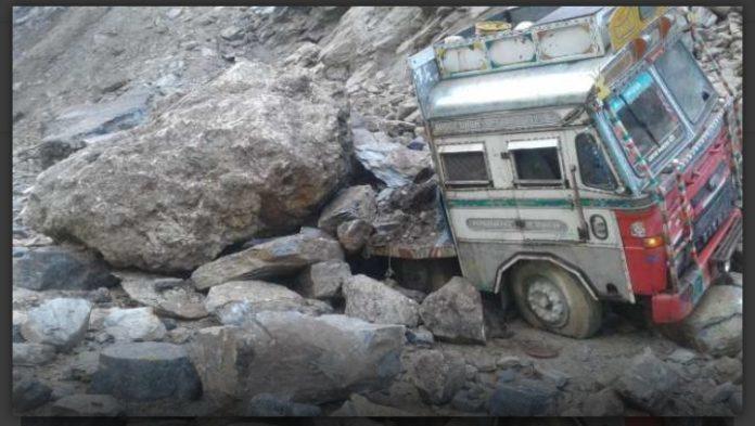 चमोली में ट्रक पर पहाड़ टूट कर गिरा, ड्राइवर ने क्या किया पढ़िए