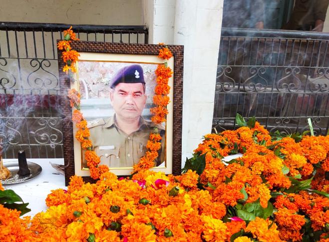 Uttarakhand कोरोना योद्धा पुलिस एसआई केशव लाल को अंतिम विदाई, परिजन हुए गमगीन