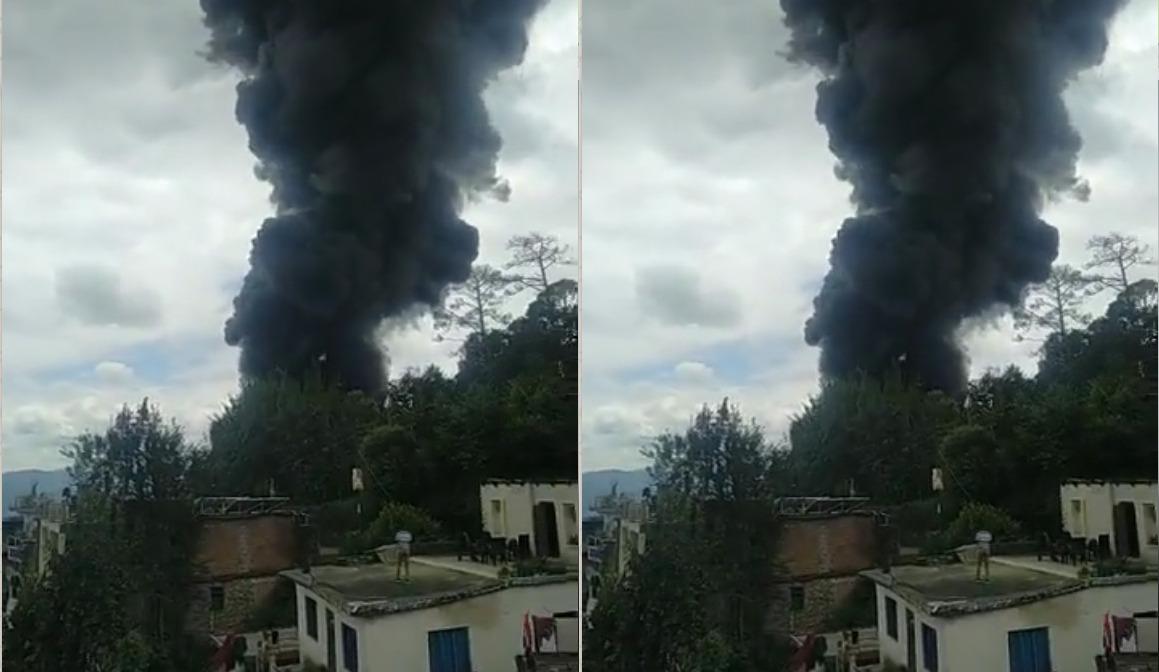 Video : Uttarakhand अल्मोड़ा में यहां लग गई भीषण आग, मौके पर अफरातफरी का माहौल